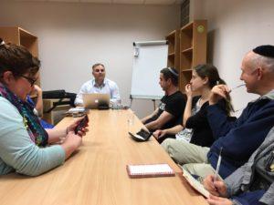 Olga (izquiera) estudiando con el R. Baumol (centro)